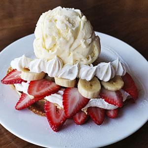 Creepe de fresa con helado y crema chantilly