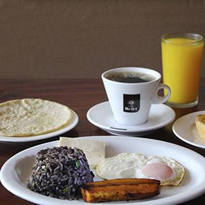 Desayuno, pinto, huevo, queso, platano maduro, tortilla cafe y jugo de naranja