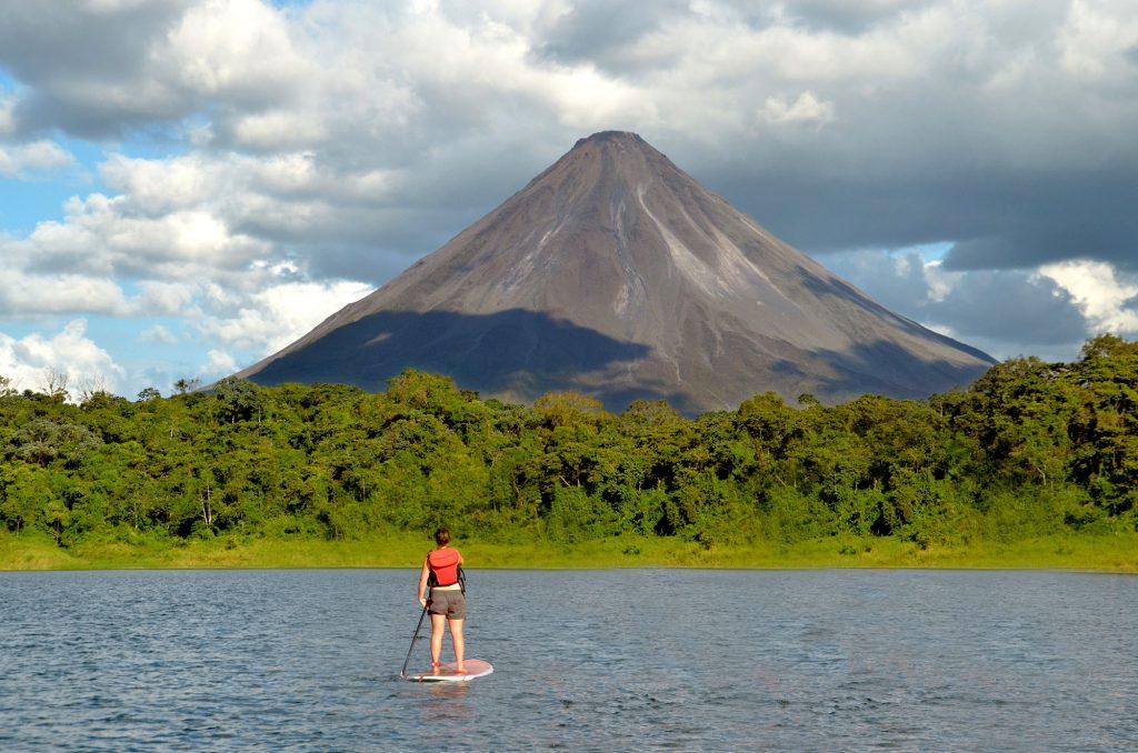 Persona haciendo paddleboard