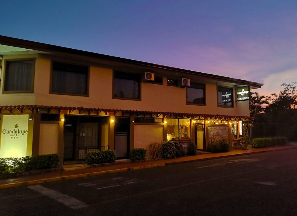 Fachada Hotel Guadalupe en el atardecer